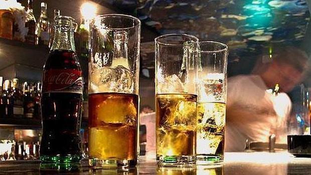 Bebidas alcohólicas en un bar