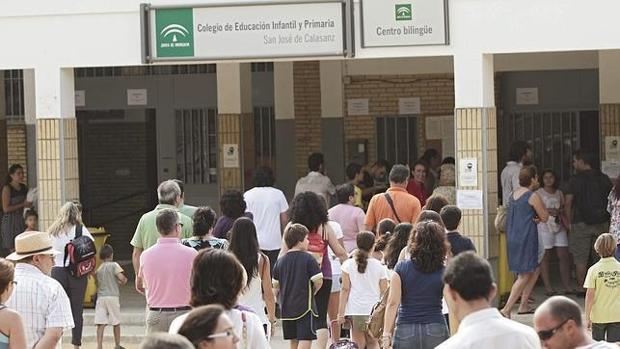 Alumnos de un centro educativo de Sevilla entrando a clase
