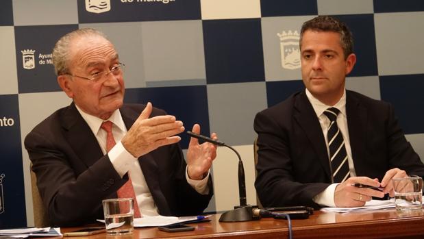 El alcalde, Francisco de la Torre, junto al concejal de Hacienda, Carlos Conde