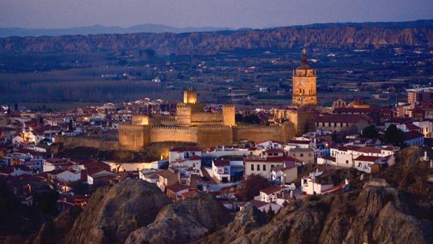 La Alcazaba y la Catedral de Guadix, iluminadas al caer noche, desde el Barrio de las Cuevas.