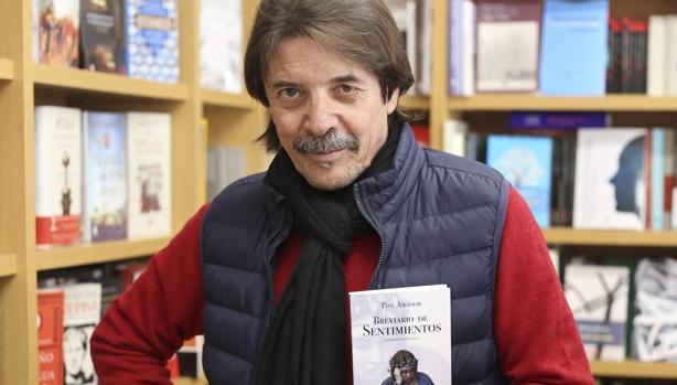 Amador con su libro reciente durante la entrevista