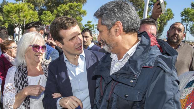 El presidente del PP, Pablo Casado, con Juan José Cortés en Huelva el día de su afiliación