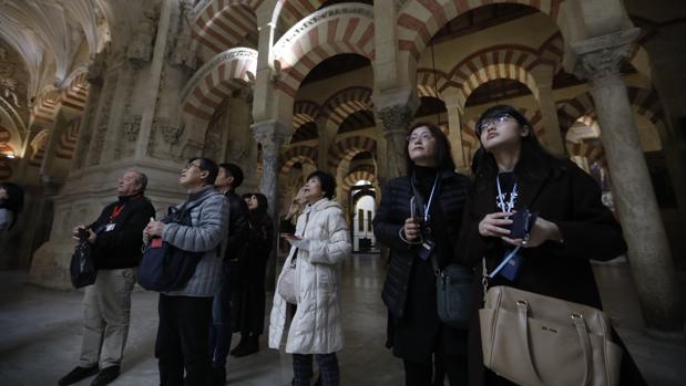 Turistas japoneses contemplando de la Mezquita-Catedral de Córdoba