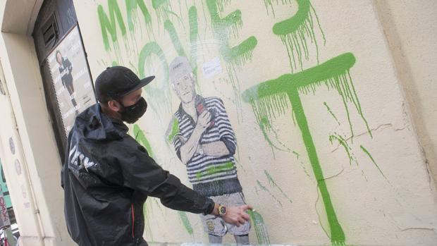 El gafitero haciendo una de sus obras en el soho de Málaga