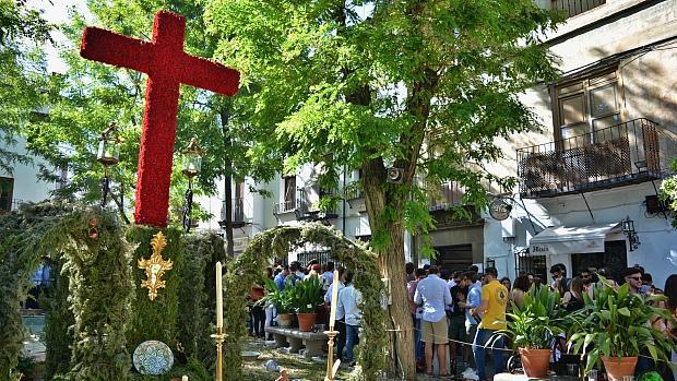 La cruz de Plaza Larga, en el Albaicín, llena por cientos de jóvenes de botellón, hace dos años.