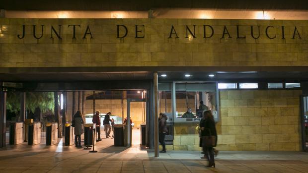 Entrada de la puerta de Torretriana, con los funcionarios entrando a trabajar