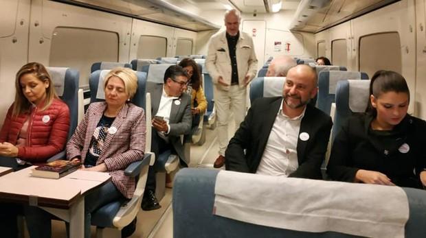 Representantes institucionales y partidos políticos durante el viaje a Sevilla