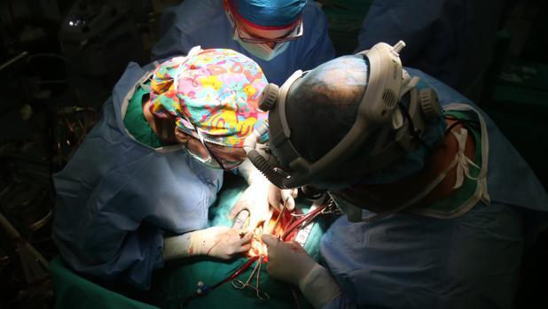 Un grupo de cirujanos durante una intervención en el Hospital Reina Sofía de Córdoba
