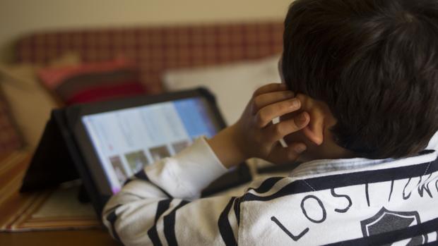 Un niño con autismo juega con una tablet