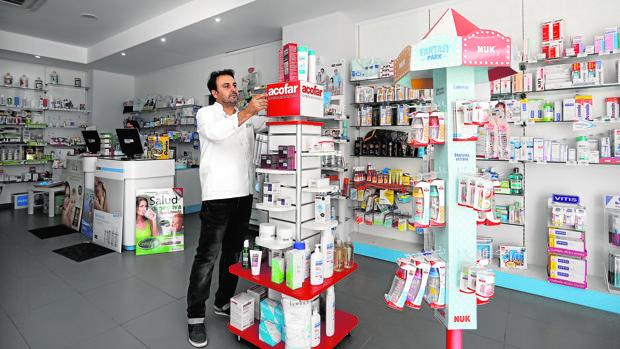Interior de una farmacia cordobesa en el entorno del hospital Quirón
