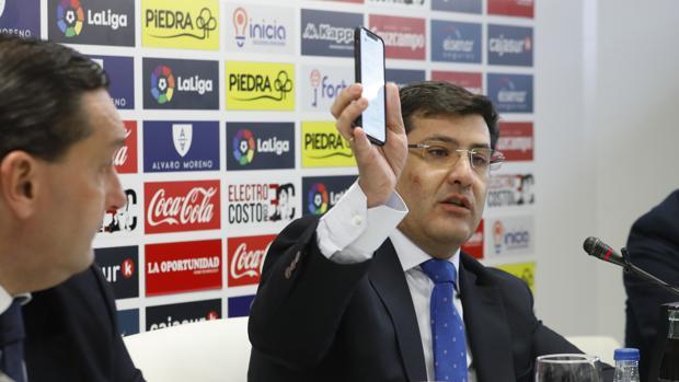 El presidente del Córdoba CF enseña un mensaje relativo al pago del millón de euros