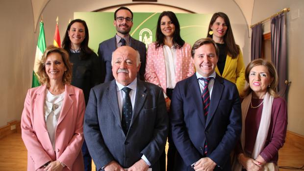 Los delegados de la Junta junto con el consejero de Salud, Jesús Aguirre