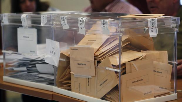 Urnas llenas de votos en un colegio electoral en Málaga