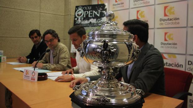El trofeo de la Copa Albolafia, este lunes, durante su presentación