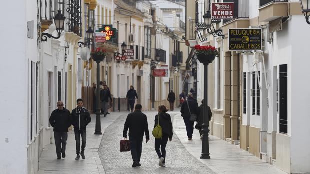 Varios ciudadanos pasean por las calles de Palma del Río