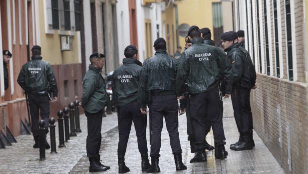 Agentes de la Guardia Civil en el registro de la sede de UGT Andalucía en Sevilla