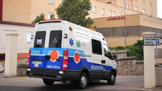 Una ambulancia a la entrada de un centro hospitalario