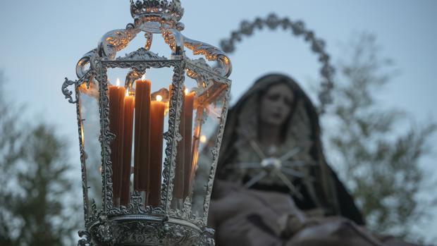 Los faroles del Huerto iluminan el paso de la pro hermandad del Traslado al Sepulcro de Córdoba