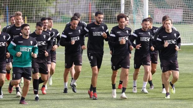La plantilla del Córdoba CF trota en la Ciudad Deportiva Rafael Gómez