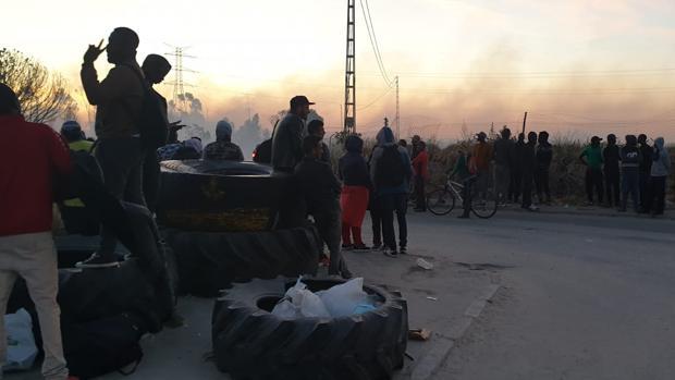 Algunas de las personas desalojadas por el fuego en el asentamiento