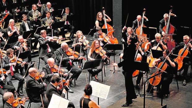 La Orquesta, dirigida por Domingez Nieto, en un concierto