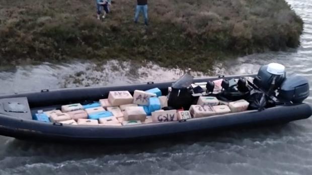 Una de las narcolanchas intervenidas por la Guardia Civil en la zona de Ayamonte