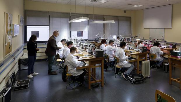 Alumnos en la Escuela de Joyería de Córdoba