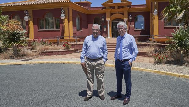 A la izquierda López Casas acompañado de su abogado Manuel Alcedo,ante las deterioradas instalaciones de la casa club del Campo de Golf de Matalascañas