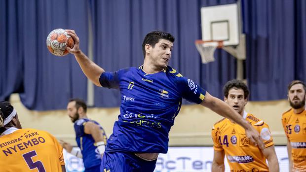 Nuno Gonçalves realiza un lanzamiento a portería