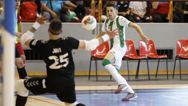 Lanzamiento a portería de un jugador del Córdoba Futsal