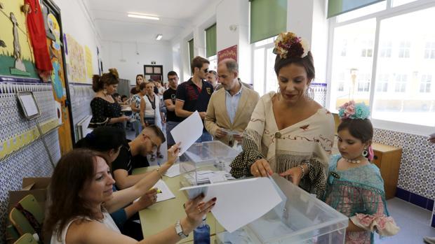 Cordobeses votando en un colegio