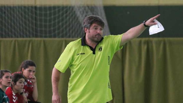 Paco Bustos dando instrucciones en un partido con Adesal