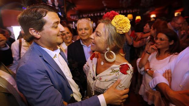 José María Bellido saluda a Isabel Albás (Cs) en una caseta de la Feria de Córdoba este lunes