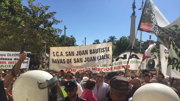 Los agricultores se han concentrado ante la Subdelegación del Gobierno en Jaén
