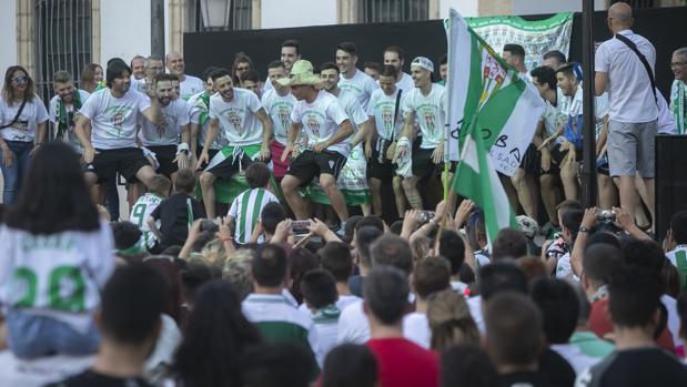 La plantilla del Córdoba Futsal celebra el ascenso en la plaza de las Tendillas