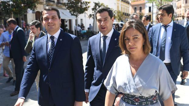 José María Bellido, Juan Manuel Moreno e Isabel Ambrosio a su llegada al Pleno del Ayuntamiento de Córdoba