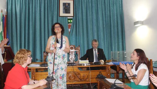 La nueva alcaldesa de Castro del Río, con el bastón de mando