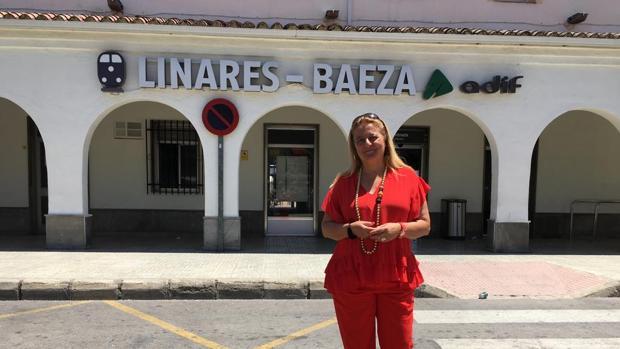 La diputada Ángela Hidalgo, en la estación Linares-Baeza