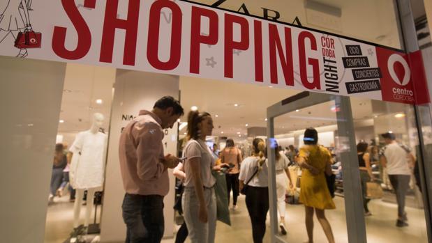 Cartel promocional en Zara Córdoba anunciado la «Shopping Night» de 2018