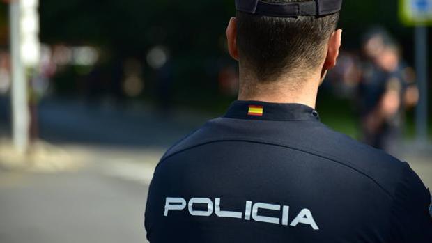 Un agenet de la Policía Nacional