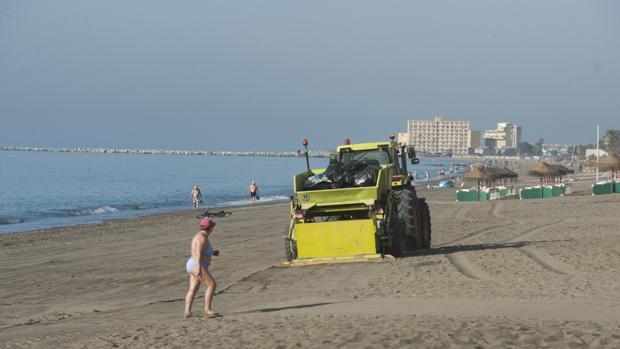 Los servicios de limpieza en las playas de Málaga el día de San Juan