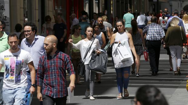 Ciudadanos transitando por una calle de Córdoba