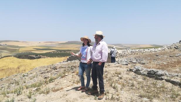 La delegada de Cultura, Cristina Casanueva y el arqueólogo provincial