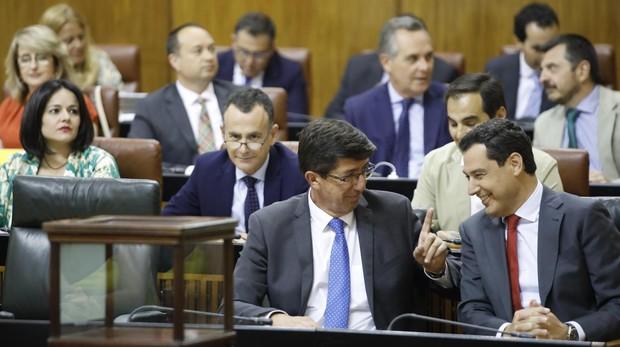 El vicepresidente de la Junta, Juan Marín, hace un gesto al presidente de la Junta, Juanma Moreno
