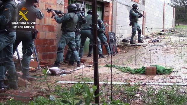 Agentes de la Guardia Civil durante una de las operaciones realizadas en el Campo de Gibraltar
