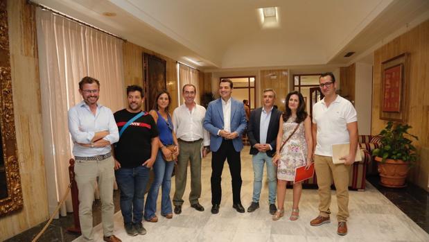 El alcalde de Córdoba, José Carlos Bellido, en el centro, junto a representantes vecinales y comerciantes