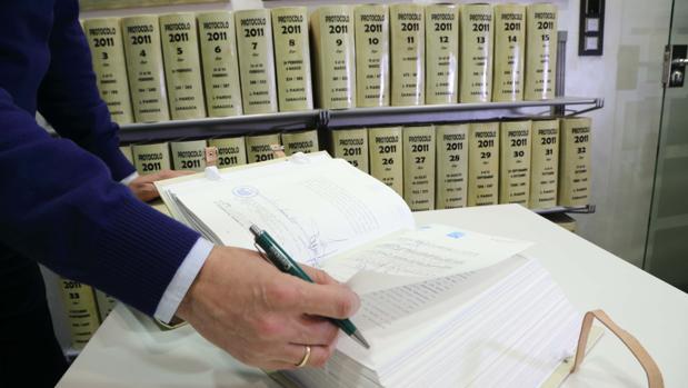 Un libro con protocolos notariales