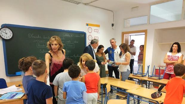 Delegada de Educación, Inmaculada Troncoso, en una de los centros acogidos al programa
