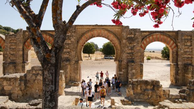 Pórtico oriental y plaza de armas de Medina Azahara