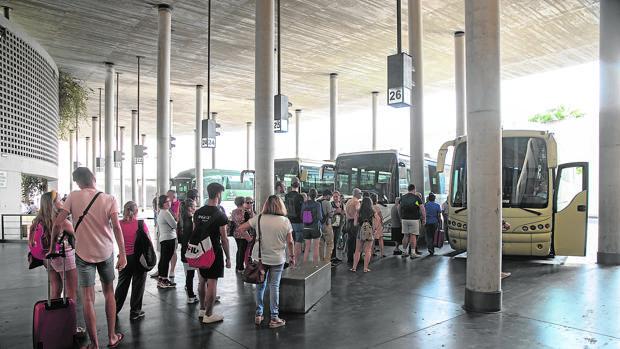 Pasajeros haciendo cola para subir a un autobús del Consorcio en Córdoba